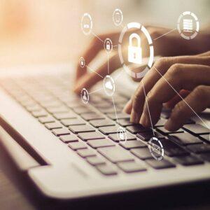 business, tecnologia, rete. Persona che lavora su pc portatile, stando attenta alla sicurezza
