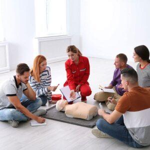 Gruppo di persone con Istruttore al corso di Primo Soccorso