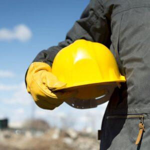 lavoratore con elmetto sicurezza e guanti